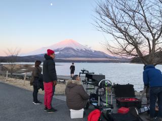 富士山をバックに山中湖にて撮影する風景